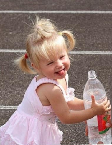 Ребенок сосет, жует или вытаскивает язык: почему и как отучить