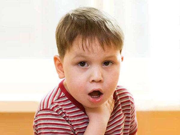 Ребенок подавился и задыхается − что делать, первая помощь